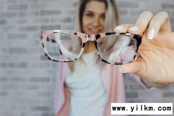 梦见戴眼镜是什么意思