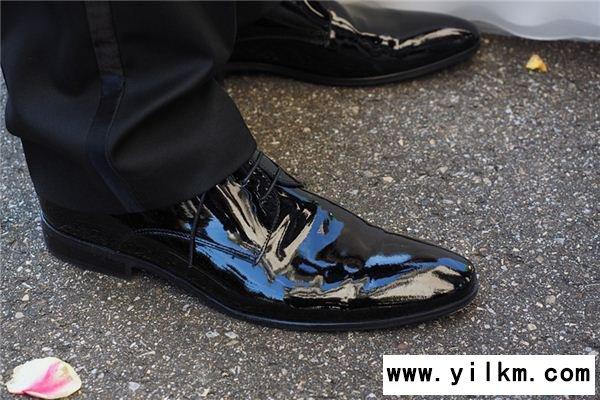 梦见皮鞋开胶是什么意思