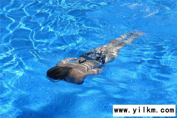 梦见在游泳池游泳是什么意思